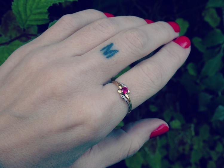 Sød abstrakt ring i 9 karat guld med 9 karat hvidguld - ring med rubin sten