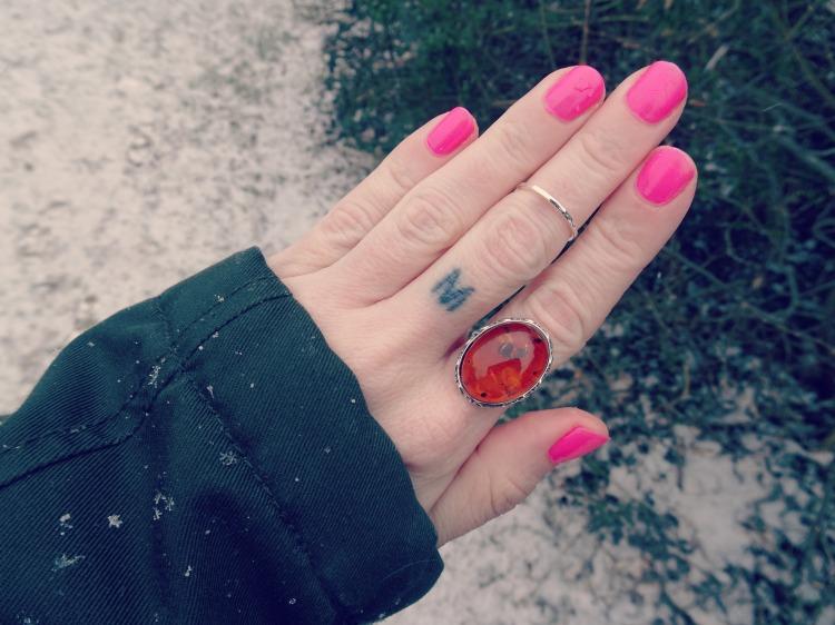 Sød ring med rav fra Chanti.dk
