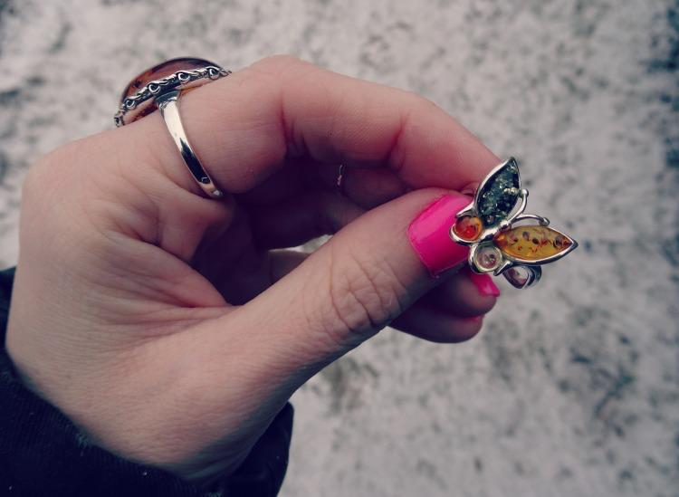 Sød sommerfugl ring med rav fra Chanti.dk