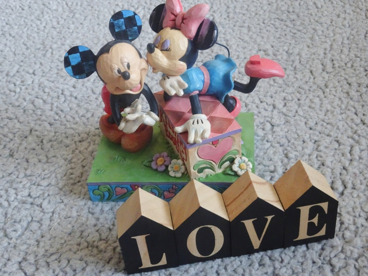 kissing booth fra disney traditions collection by jim shore