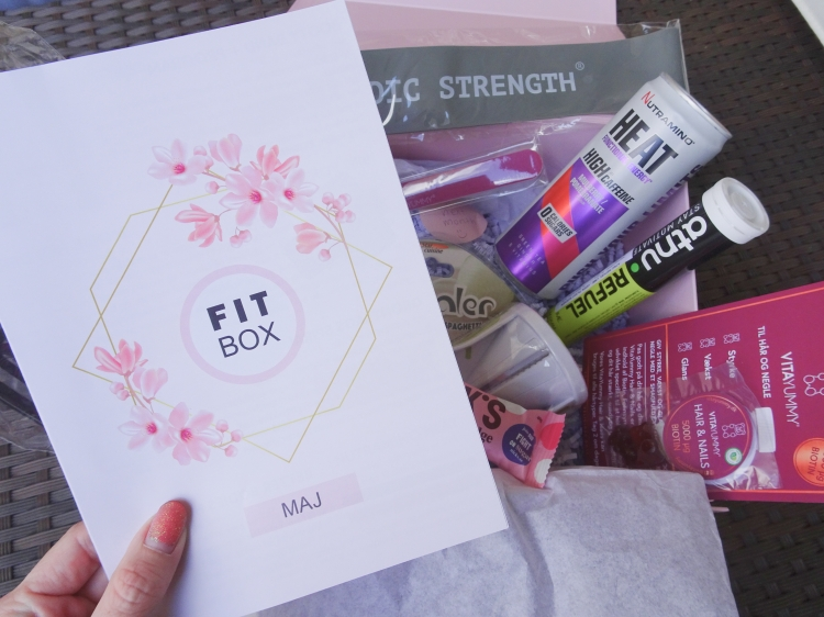 Fitbox 2019 - Maj Træningselastik, træningsprogram med øvelser til den, mobilholder, grøntsagsspiral, hårbånd, fitness brusetabletter, State energy drik, Nick's bar & Nutramino Heat.