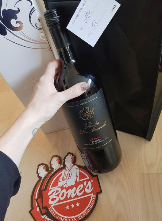 Julegave fra GLS 2019 – Rødvin og gavekort til Bones